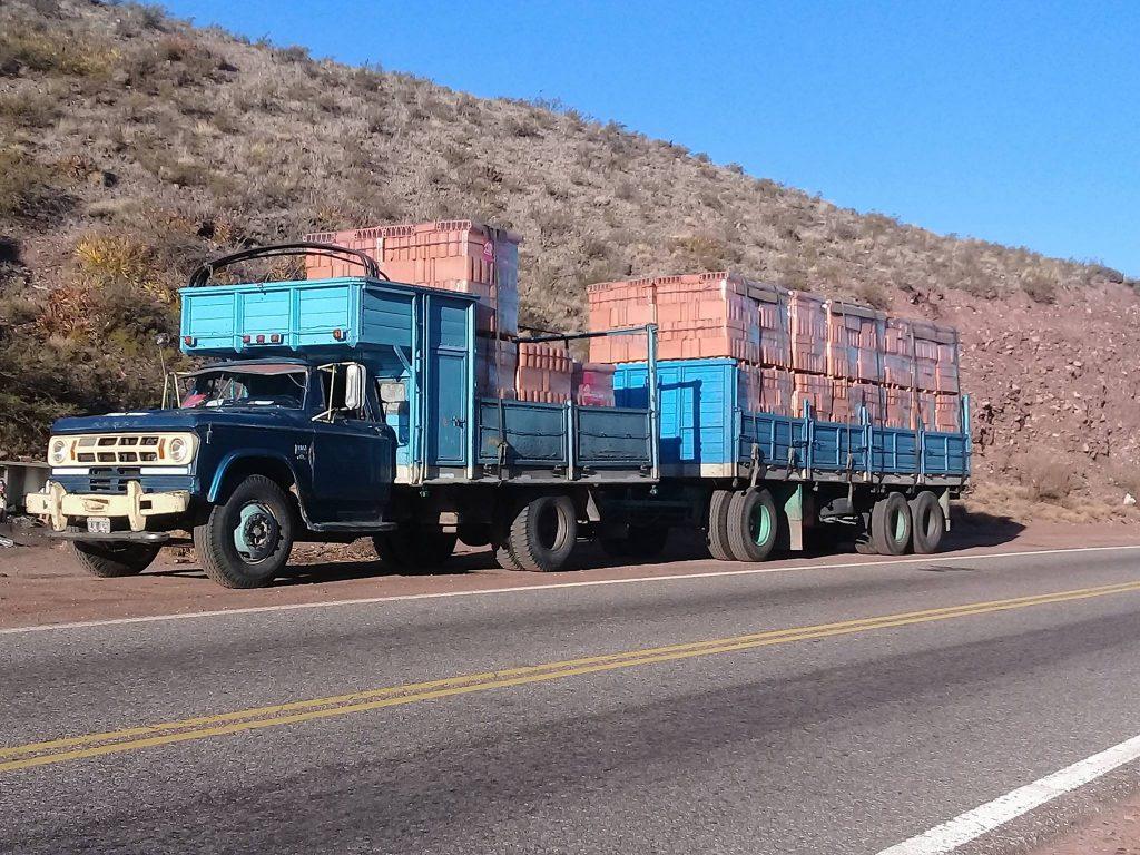 Gaucho el Dodge en el paisaje sanjuanino
