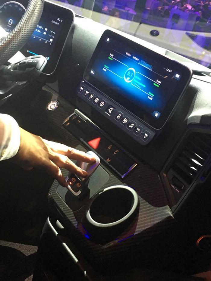 Mercedes-Benz-Actros-Pantalla-Auxiliar