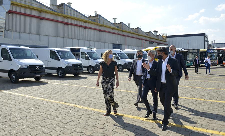 Mario Meoni recorriendo las instalaciones junto a Manuel Mantilla, CEO de Mercedes Benz Argentina